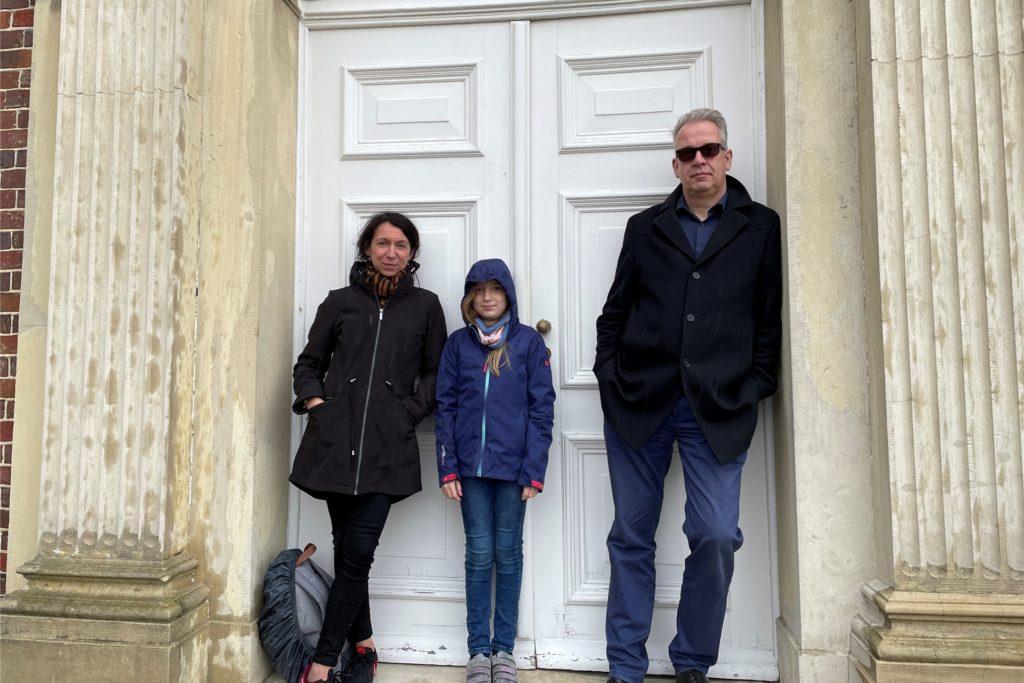 Familie Hake aus Dortmund sucht Unterschlupf vor dem Regen - eigentlich waren sie zum Kuchen essen gekommen.