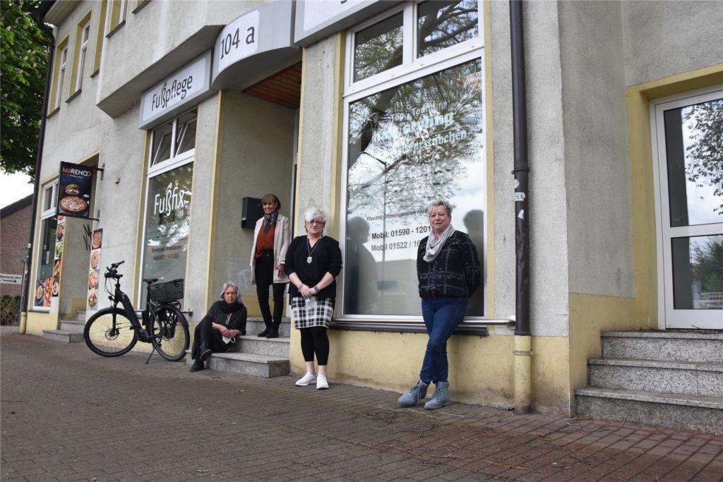 Andrea Hempelmann (2.v.r) hat das Friseurgeschäft an der Münsterstraße von Ute Grapp (2. v. l.) übernommen. Zusammen mit den Friseurinnen Manuela Hohendorf und Heike Bracker geht es trotz Krise mutig weiter.