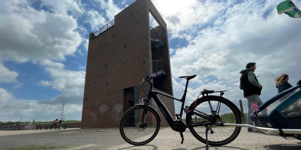Der Aussichtsturm in den Emscherauen ist Wegekreuzung und Rastplatz für Radwanderer und Spaziergänger.