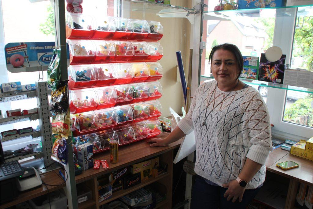Kioskbesitzerin Ursula Dülger zeigt voller Stolz das breite Sortiment an Süßigkeiten.