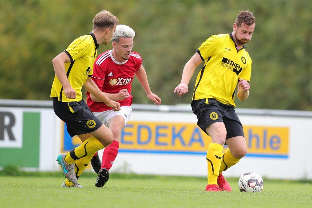 Fabian Steinhoff (r.) mit dem Fuß am Ball. Qualitäten hat der 30-Jährige aber auch als Torwart.