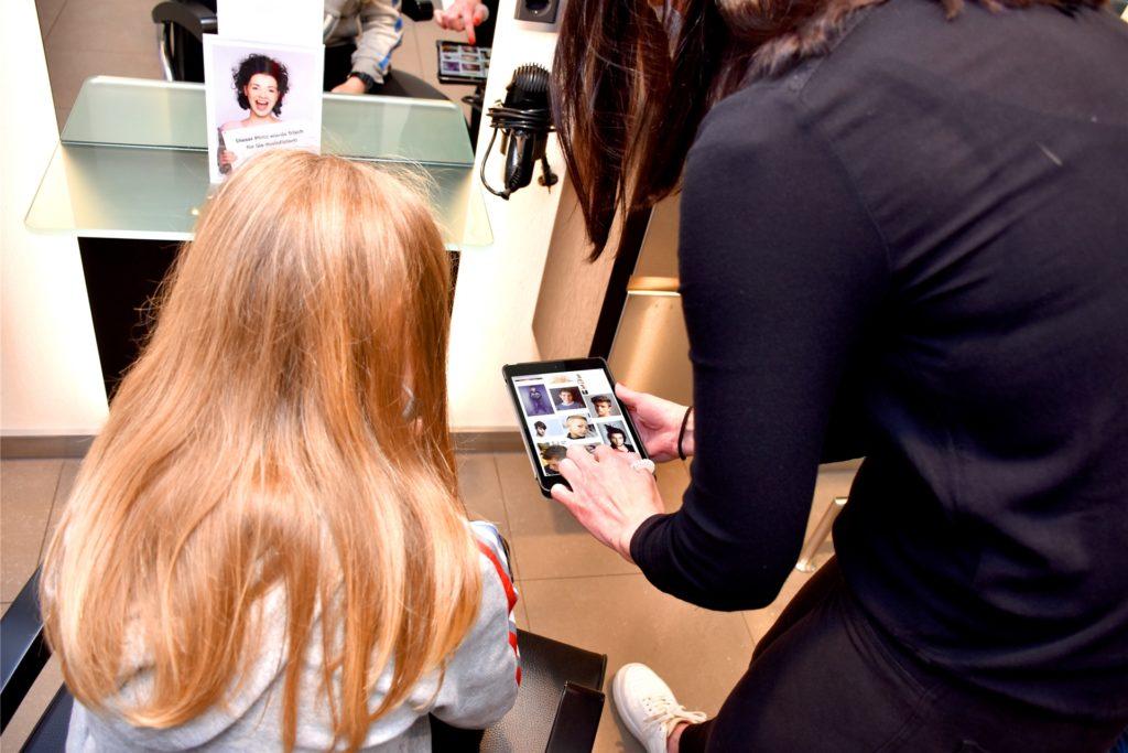 Wie soll die neue Frisur aussehen? Zusammen mit Friseurin Sandra Barbi suchte sich Alessandro seinen neuen Style aus.
