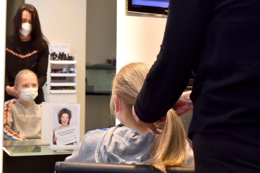 Im Fernsehen hatte er gesehen, wie ein Mädchen Haare für krebskranke Kinder spendete.