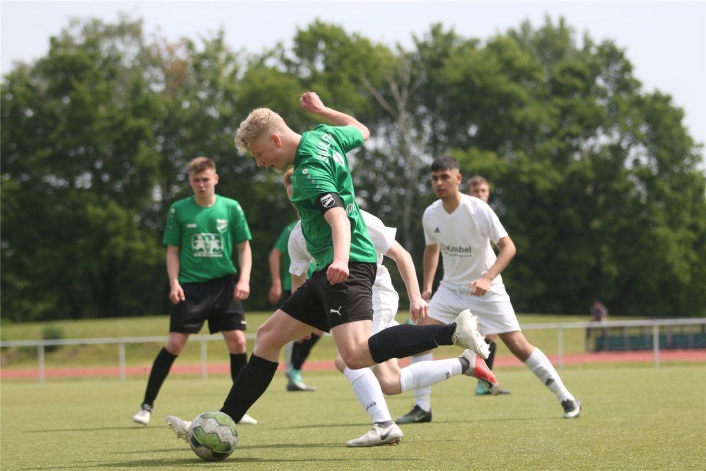 Tim Kortenbusch, hier noch als Kapitän der U17 am Ball, spielt ab dem Sommer bei den Senioren des SuS Olfen.
