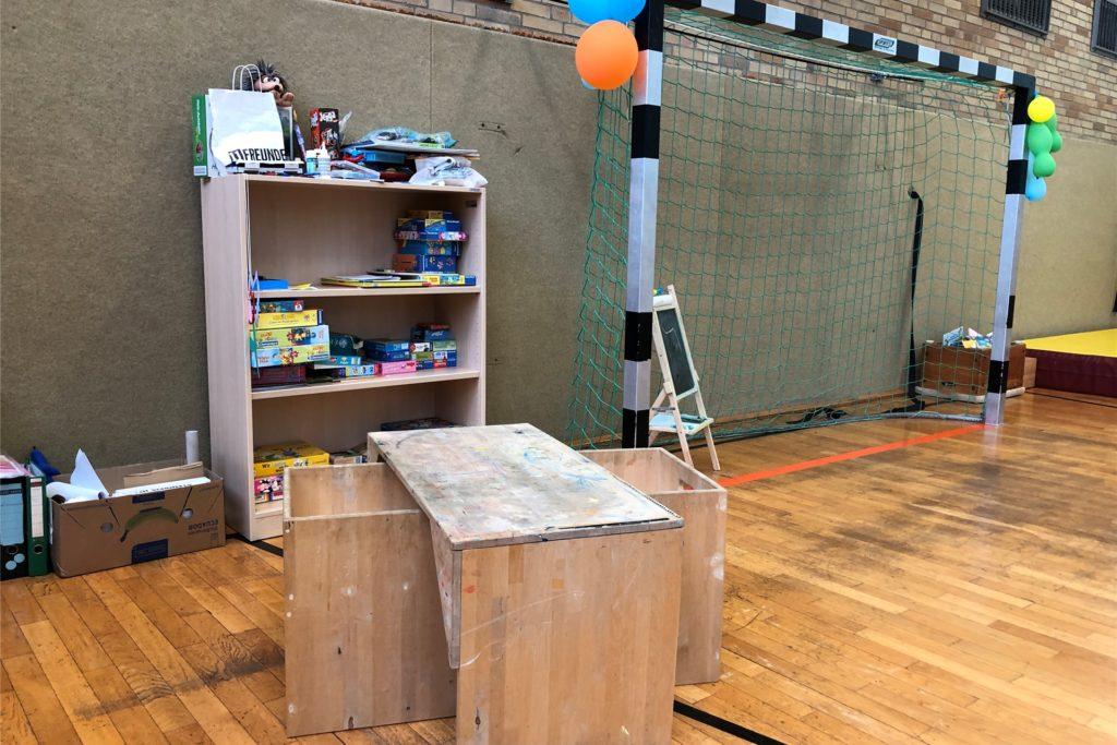 Halb Turnhalle, halb Kindergarten - so sieht's momentan in der Sporthalle der Fichte-Grundschule in Neuasseln aus