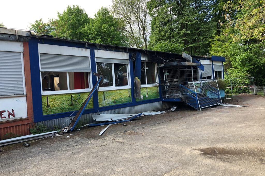 Hier ist nicht mehr viel zu retten: Der Pavillon, in dem der Kindergarten vorher untergebracht war, ist durch den Brand zerstört worden