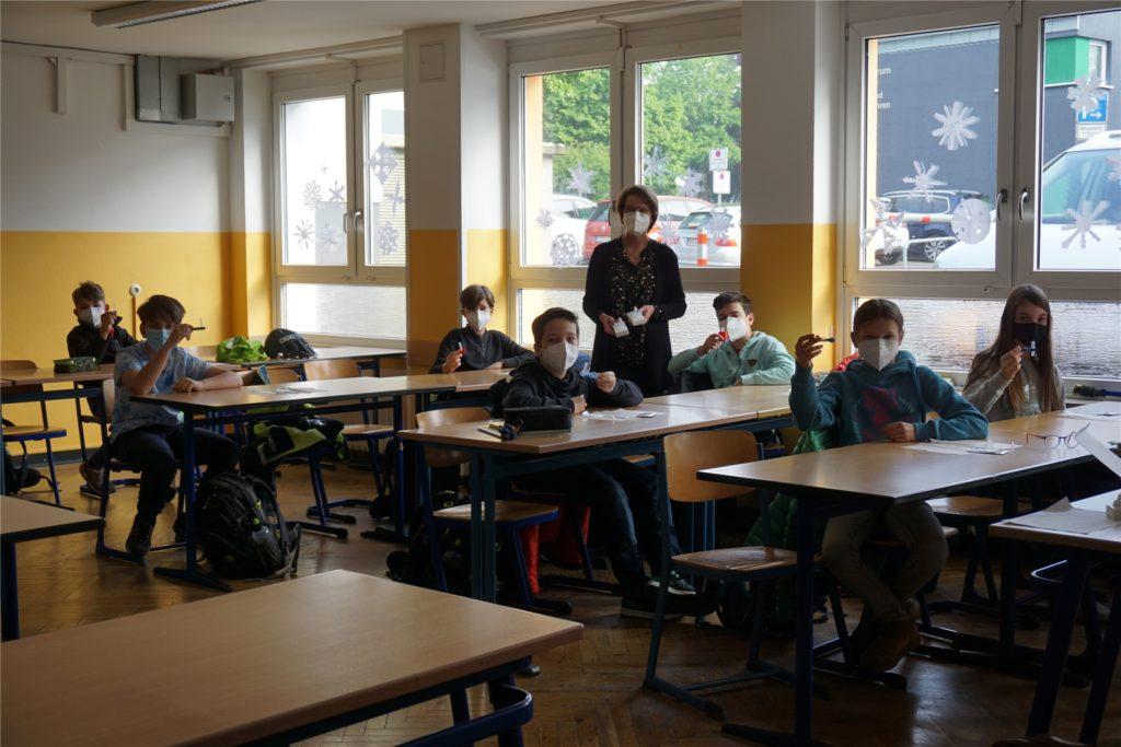 Schulleiterin Bärbel Eschmann mit der Klasse 6b bei der Durchführung der Selbsttests. Das Lehrerkollegium hat kleine