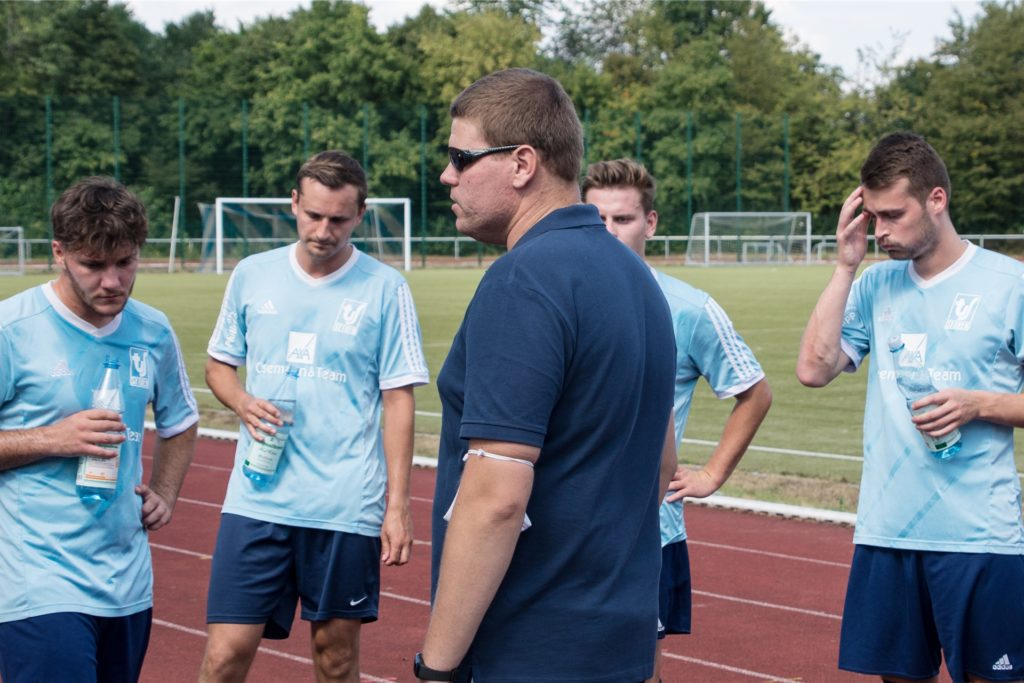 Sythens Trainer Dennis Schulz (M.) traut seinem Kapitän Kevin Plogmaker (r.) zu, ebenfalls später als Trainer zu arbeiten.