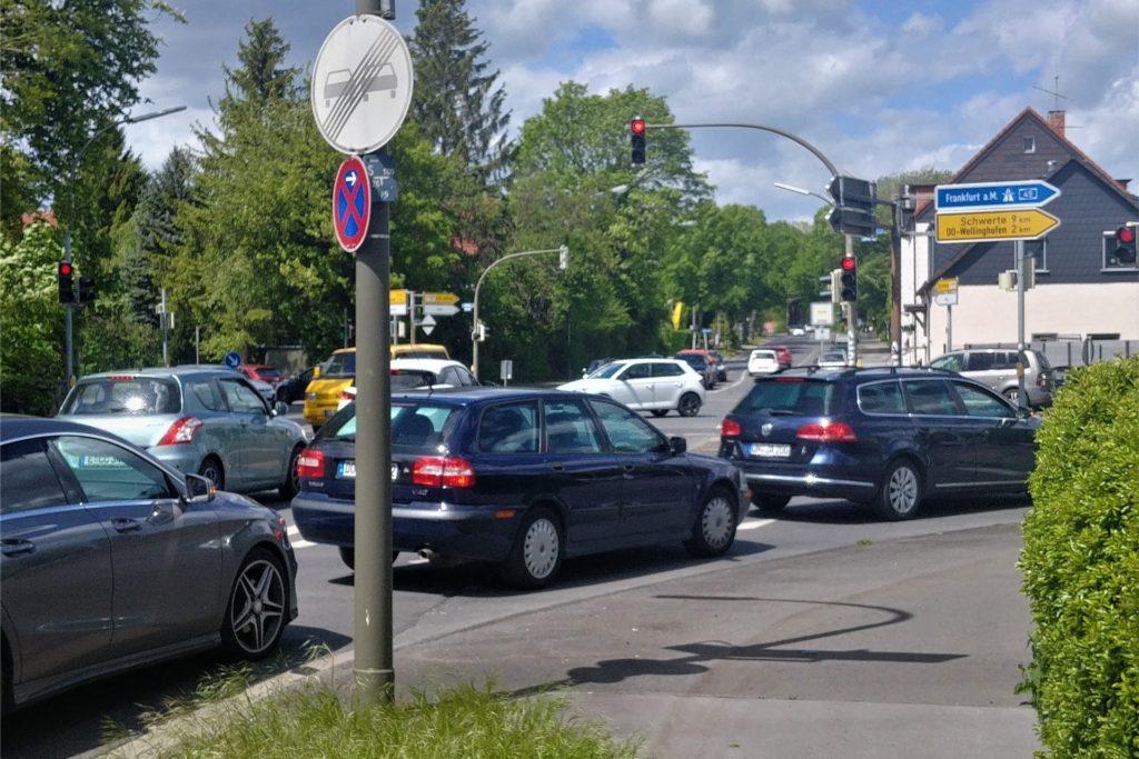 Im normalen Verkehrsbetrieb verdecken die haltenden Autos die Fahhrad-Piktogramme auf der Straße.