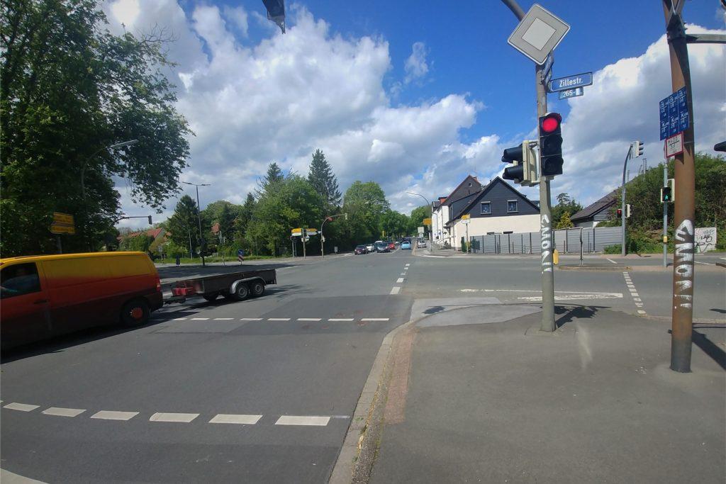 Hinter der Ampel muss der Fahrradfahrer über die Autospur fahren, bis er auf den Gehweg wechseln darf. In Zukunft soll hier eine Fahrradspur an der rechten Seite verlaufen.