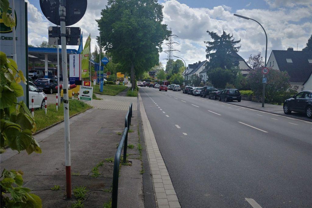 Tankstelle, Supermärkte und ein großes Autohaus: Eine Seite der Hagener Straße weist stark frequentierte Auf- und Abfahrten auf. Auch das ist für die Radfahrer gefährlich. Die Spur soll nun deutlicher markiert werden.