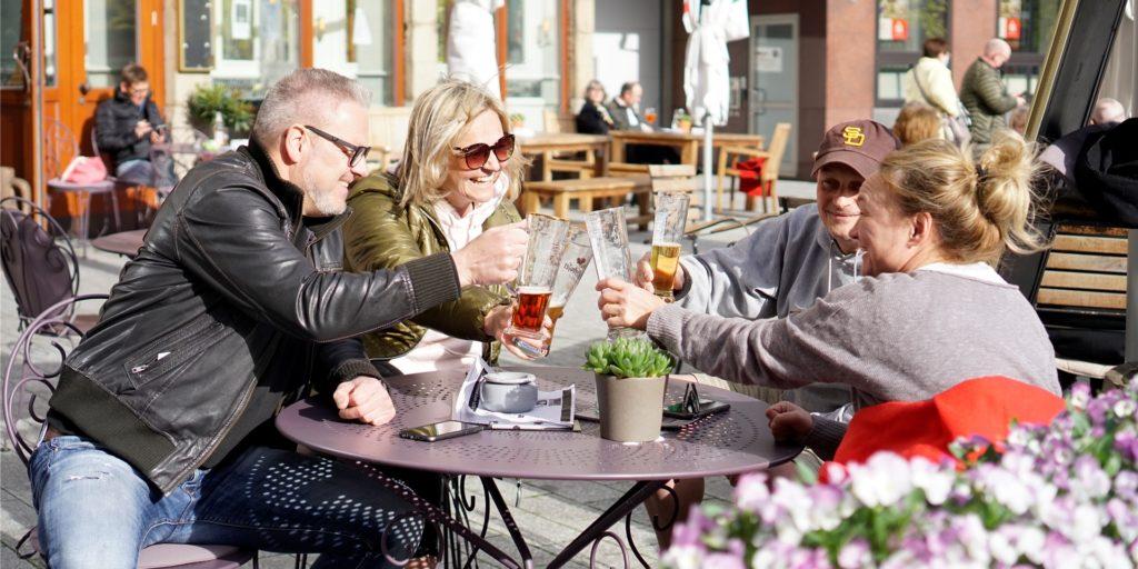 Susanne und Olaf Kos (l.) teilten das neue Freiheitsgefühl mit dem befreundeten Ehepaar Yvonne und Jörg Helmig (r.).