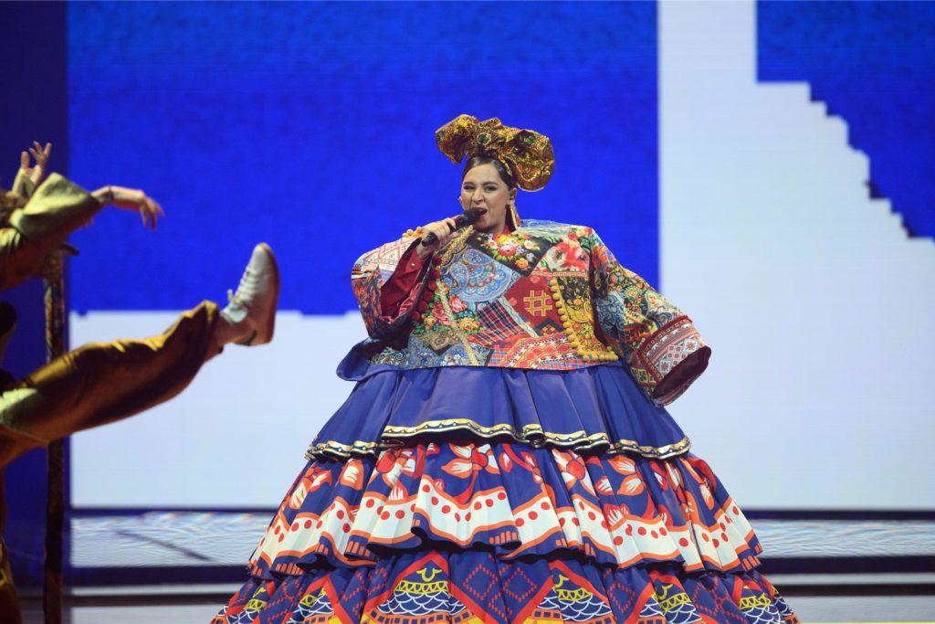 Fremdscham-Momente gab es auch: Die Sängerin Manizha (Russland) schälte sich aus diesem überdimensionalen Kleid.