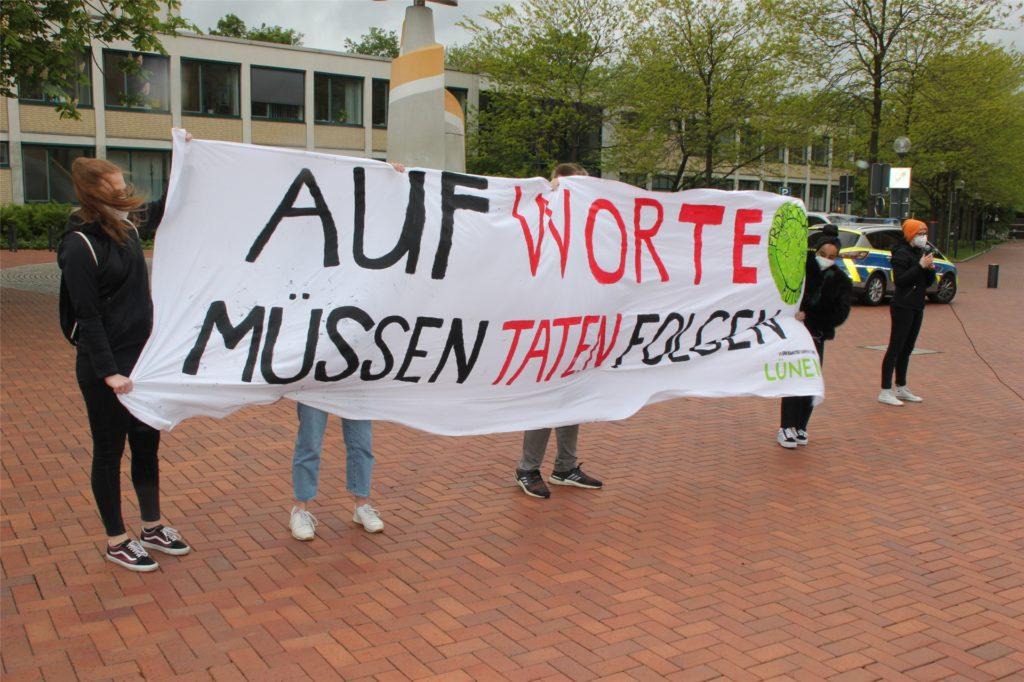 Deutliche Kritik gab es bei der Mahnwache auf dem Lüner Marktplatz auch an der Politik.