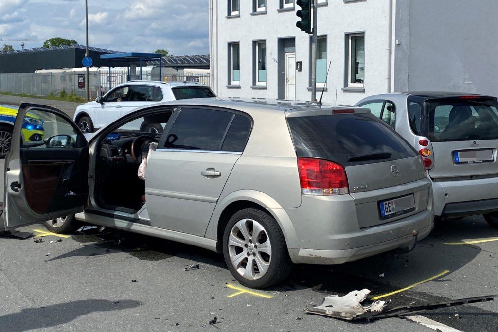 Beide am Unfall beteiligten Fahrzeuge waren so schwer beschädigt, dass sie abgeschleppt werden mussten.