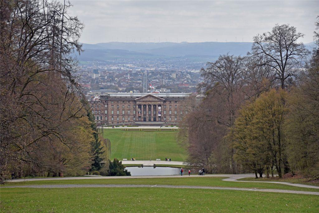 Bereits von den Zwischenebenen des Bergparks hat man einen wunderbaren Blick auf das Schloss Wilhelmshöhe am Fuße der Anlage. Im Hintergrund zeigt sich die Stadt Kassel mit einer der wichtigsten Verkehrsadern.