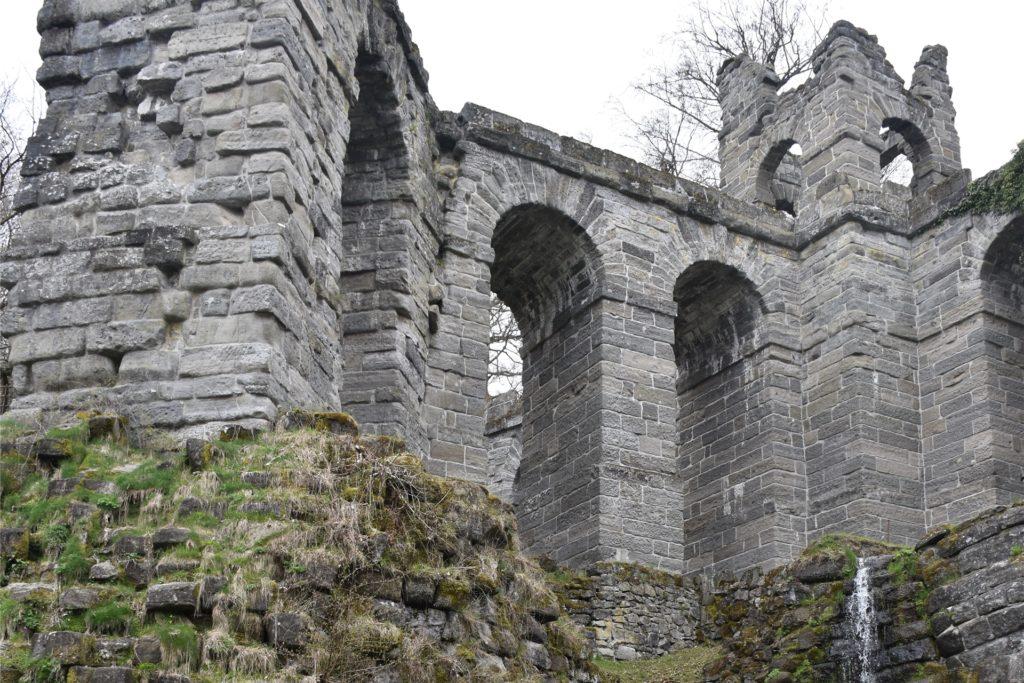 Inmitten des Parks zeigen sich immer wieder Burgruinen und weitere Überreste vergangener Tage.