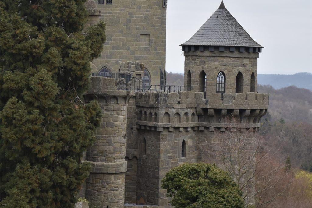 Die malerische Löwenburg zeigt sich im Gewand einer romantischen Ritterburg.