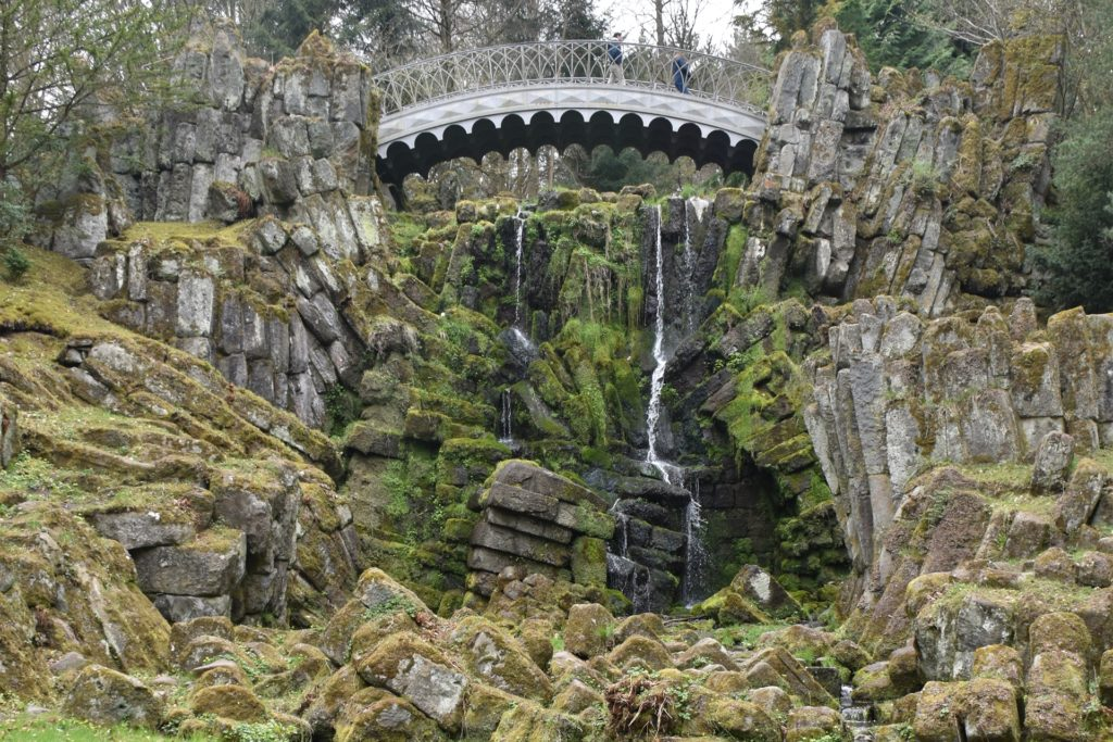 Bäche und Wasserfälle – hier an der Teufelsbrücke – ziehen sich durch den gesamten Park.