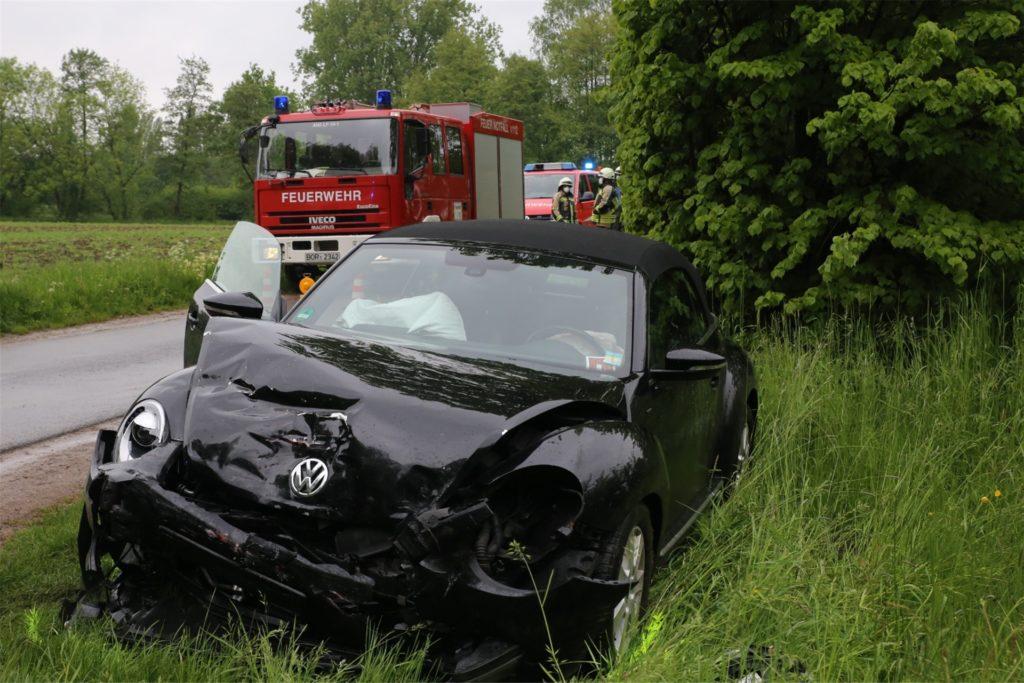 In den Graben wurde auch dieses Auto nach dem Zusammenstoß auf der Kreuzung geschleudert.