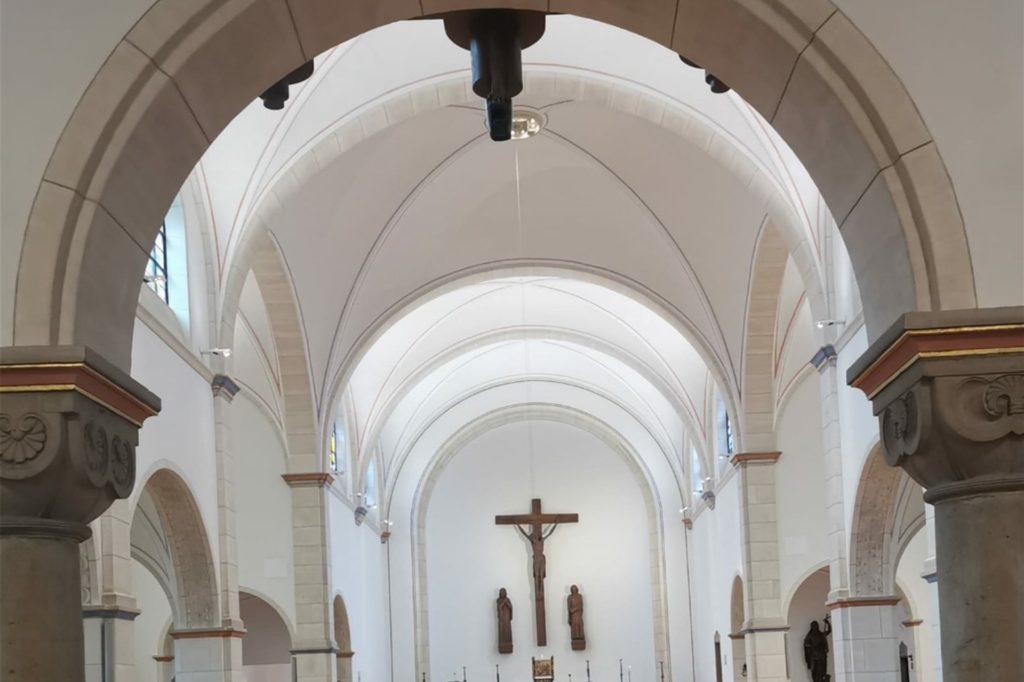 Im Eingangsbereich der Kirchhellener Johanneskirche wurde nach dem Umbau eine Kamera installiert. Sie überträgt Gottesdienste ins Internet.