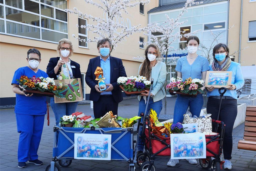Geschenke und Stadtgutscheine für Pflege- und Reinigungskräfte des St. Sixtus-Hospitals verteilten Vertreter des Netzwerks zu Ostern.