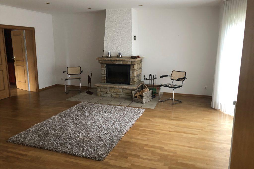 Ein Blick ins Wohnzimmer des Hauses mit Kamin.