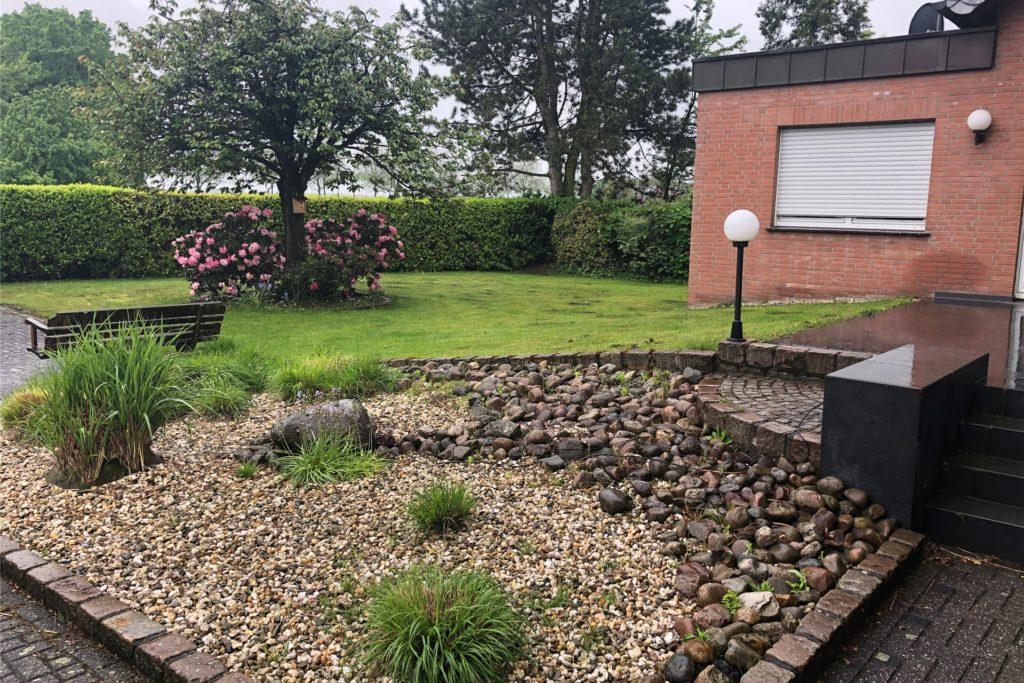 Das 890-Quadratmeter-Grundstück umfasst auch diesen Garten.