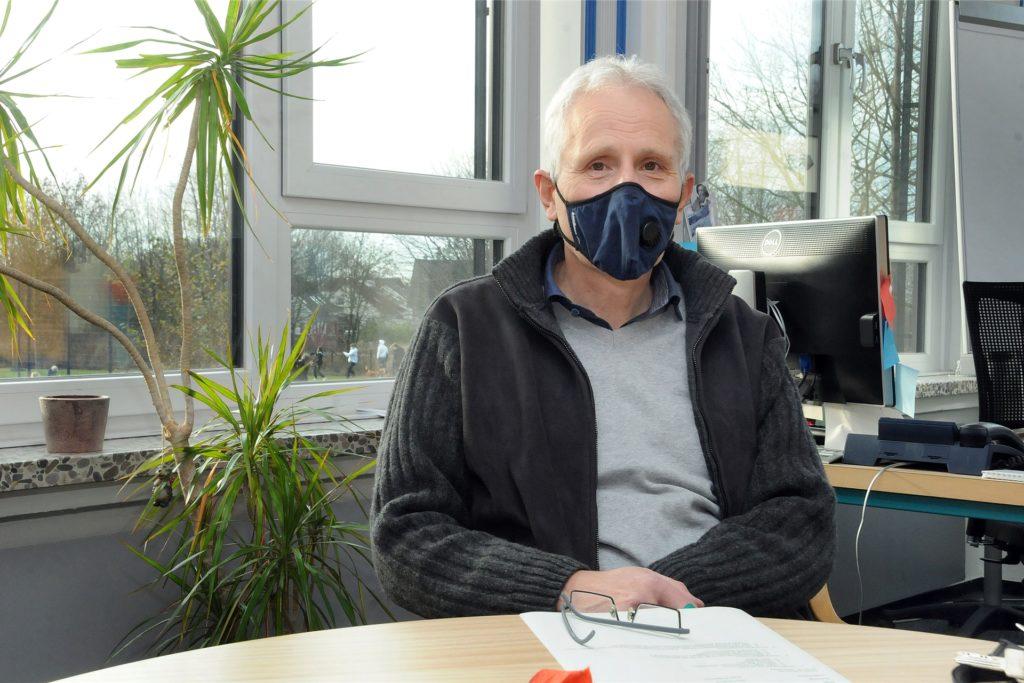 Jürgen Priggemeier, Leiter der Gesamtschule Gänsewinkel, trägt auch in seinem Büro eine Corona-Maske.