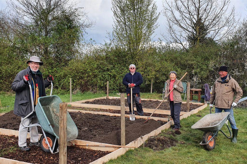 Reinhard Hartwig, Heiner Lamkowsky, Kim Ecken und Gerd Popp freuen sich, dass sie im neuen Heimatgarten am Malteserstift ranklotzen können.