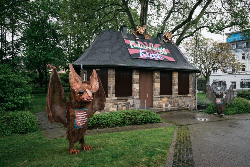 Ehrenrettung für soziale Wesen: Die Künstlerin Monster Chetwynd hat den Kiosk am Grafenwall/Dortmunder Straße in Recklinghausen mit Fledermäusen bestückt.
