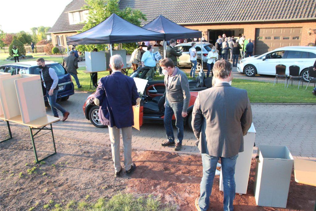 Kreativer Wahlgang: Zwei Stunden Zeit hatten die CDU-Mitglieder um mit dem Auto zur Stimmabgabe auf dem Hof Nienhaus in Rhede zu kommen. Das taten insgesamt 1002 CDU-Mitglieder. Es kam zu langen Staus.