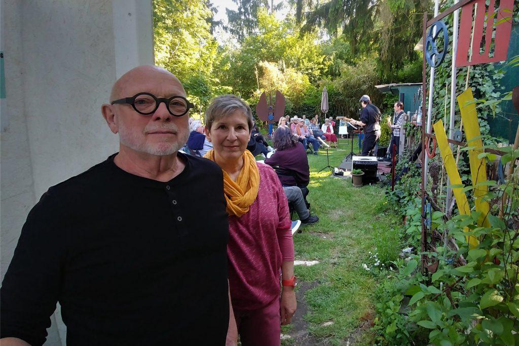 Jan van Nahuijs und Andrea Schütte veranstalten die Konzertreihe. Diese startet nun fast jeden Sonntagabend - bis Oktober, wenn die Corona-Inzidenz so gut bleibt, so Nahuijs.