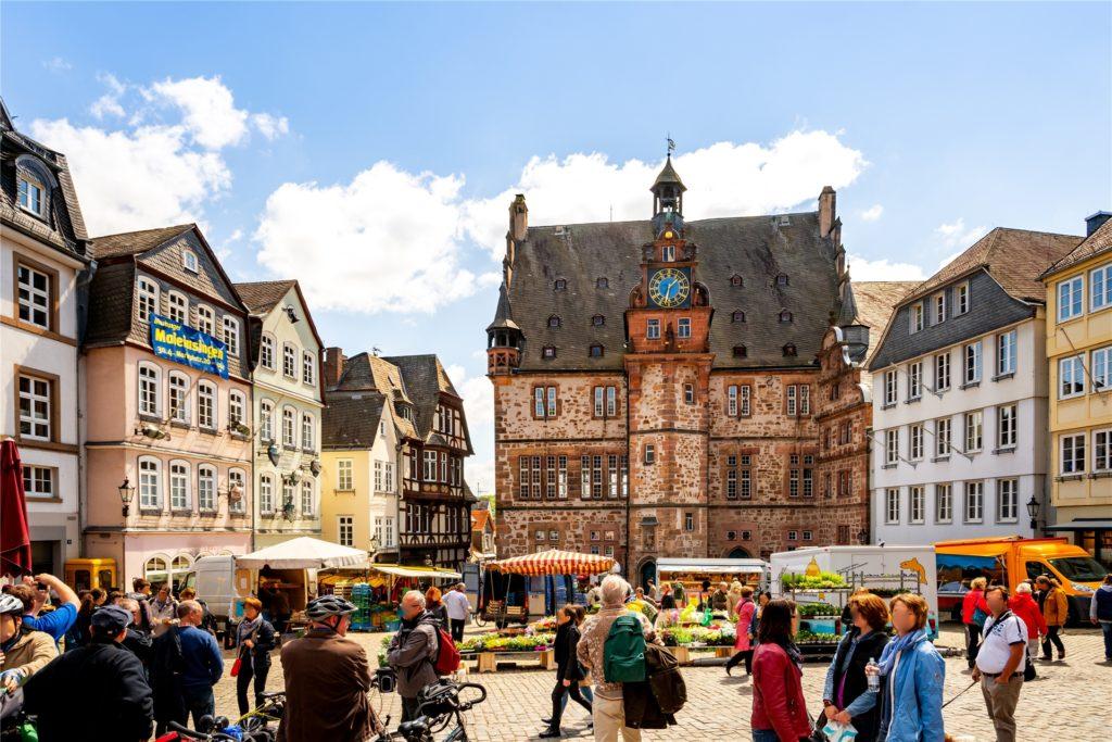 Den Mittelpunkt der Marburger Altstadt bildet der Marktplatz mit seinem historischen Rathaus.