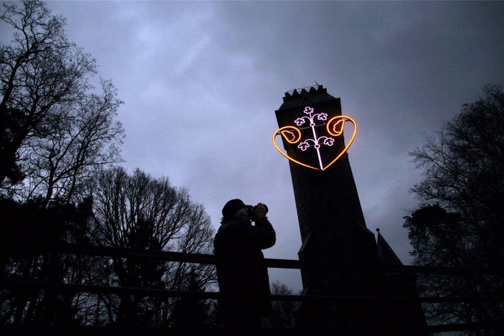 Zu einem beliebten Fotomotiv hat sich der Spiegelslustturm mit seinem leuchtenden Herz entwickelt.