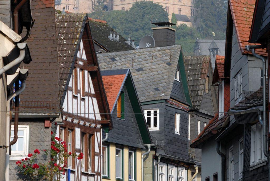 Alte Fachwerkhäuser und enge Gassen prägen das Bild der Marburger Altstadt.