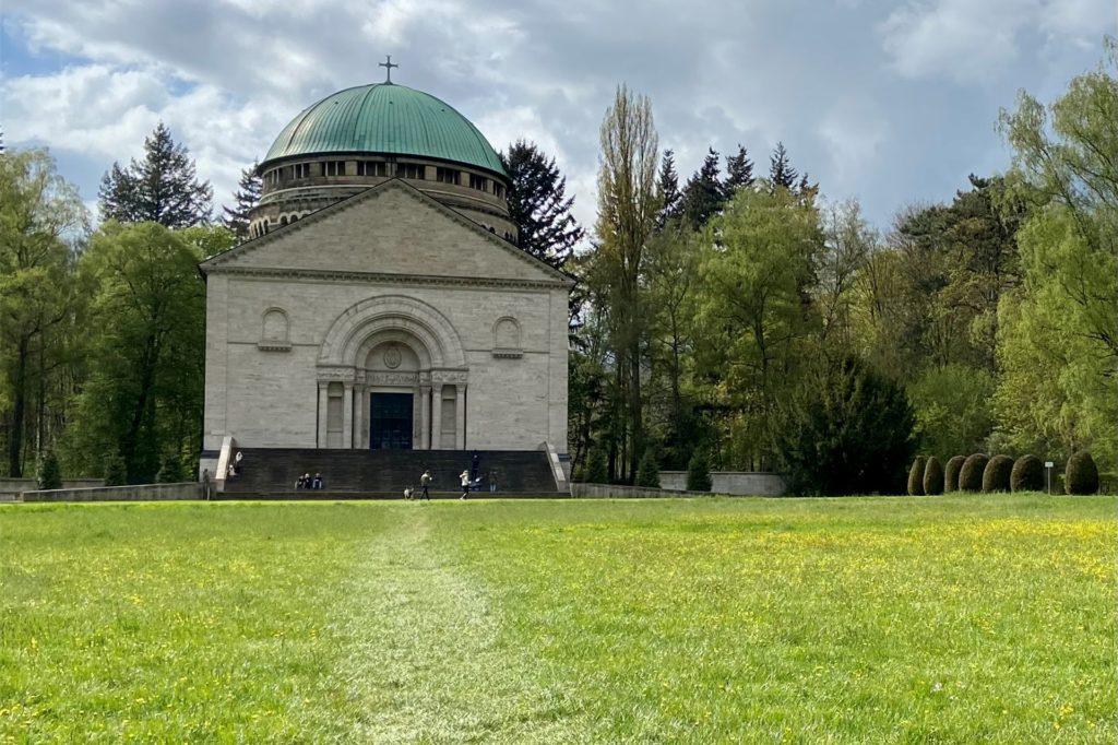 Das Mausoleum ist 1911 erbaut worden und hat die größte Goldmosaikkuppel in Europa.