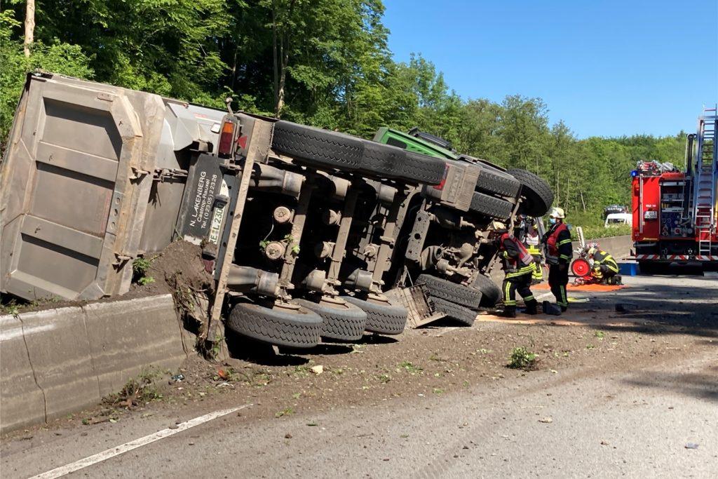Der Fahrer wurde bei dem Unfall auf der A45 schwer verletzt.