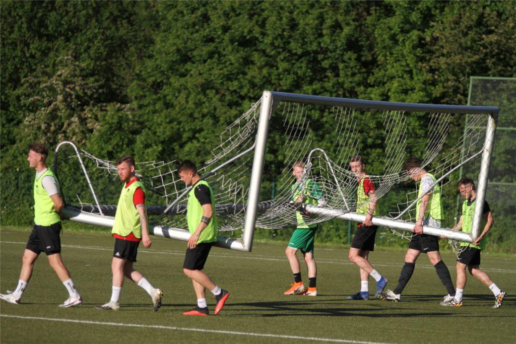 """Vor der Partie """"Alt gegen Jung"""" mussten die jüngeren Spieler das Spielfeld aufbauen."""