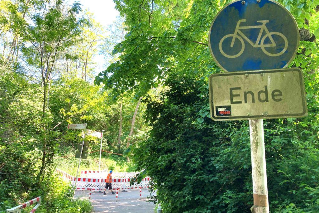 Zwar ziemlich dreckig, aber vorhanden und auch sichtbar: Dieses Schild weist auf das Ende des Radweges in wenigen Metern hin.