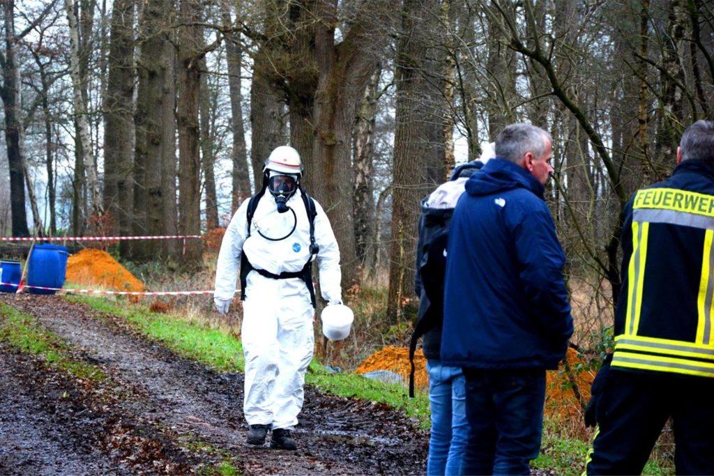 Einsatzleiter Hendrik Tenk (im weißen Schutzanzug) nahm seinerzeit unter schwerem Atemschutz eine Probe der Chemikalie.