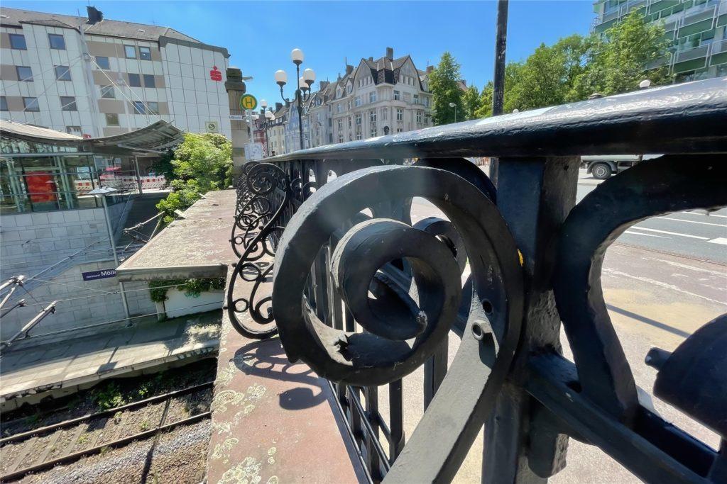 Das mit Ornamenten verzierte, schmieedeiserne Geländer der Möllerbrücke steht unter Denkmalschutz.