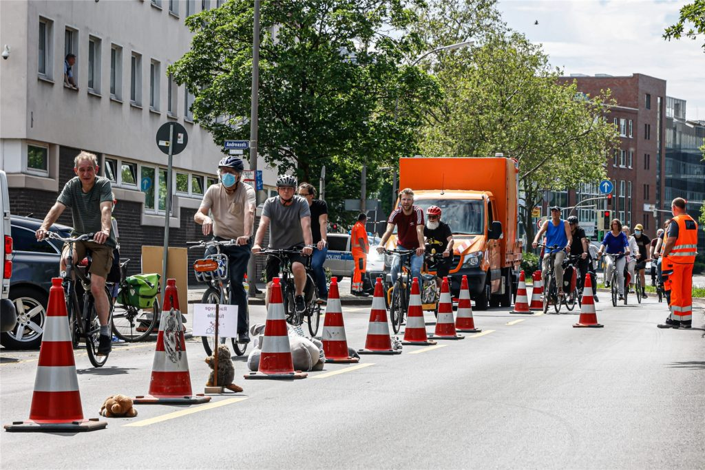 """Die Radfahrer testeten, """"wie sich die sichere Fahrt auf der Heilige-Garten-Straße eines Tages anfühlen wird""""."""