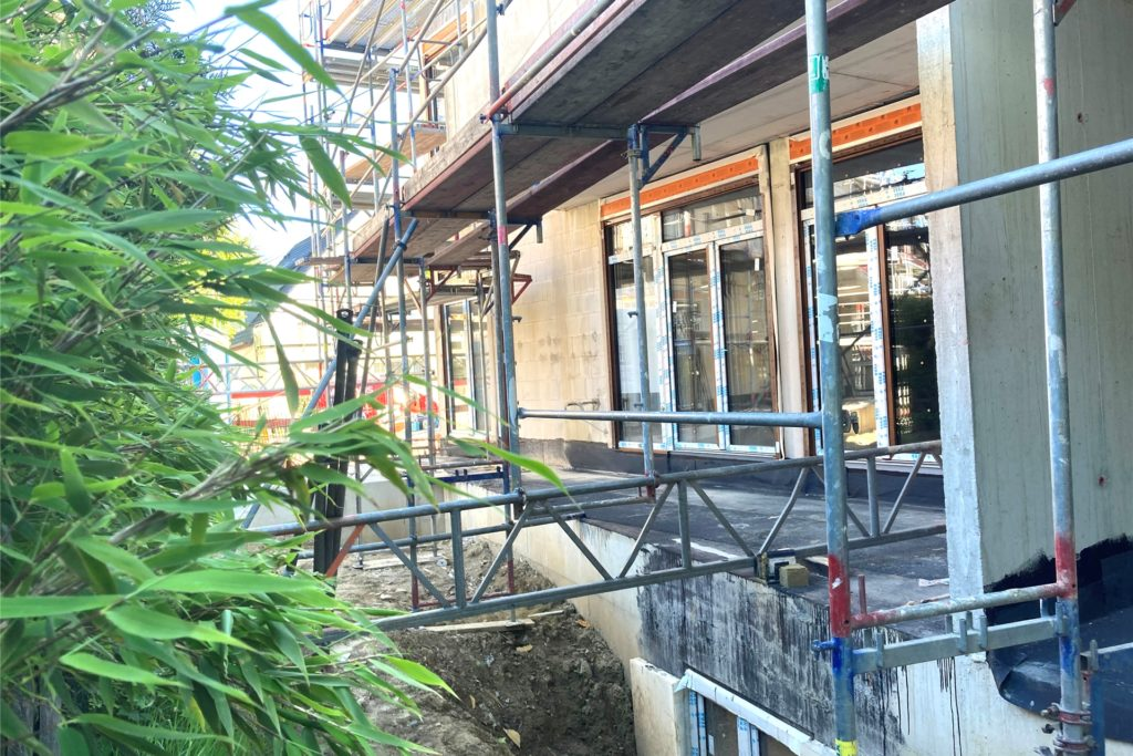 Der Bambus trennt die beiden Grundstücke. Viel Platz für weiteres Grün ist zwischen Neubau und dem anderen Grundstück tatsächlich nicht.