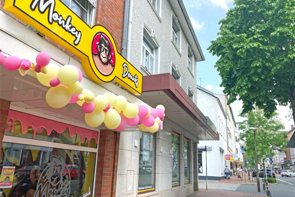 Farbenfroh, mit gelben und pinken Luftballons ist die Aussenfasse des