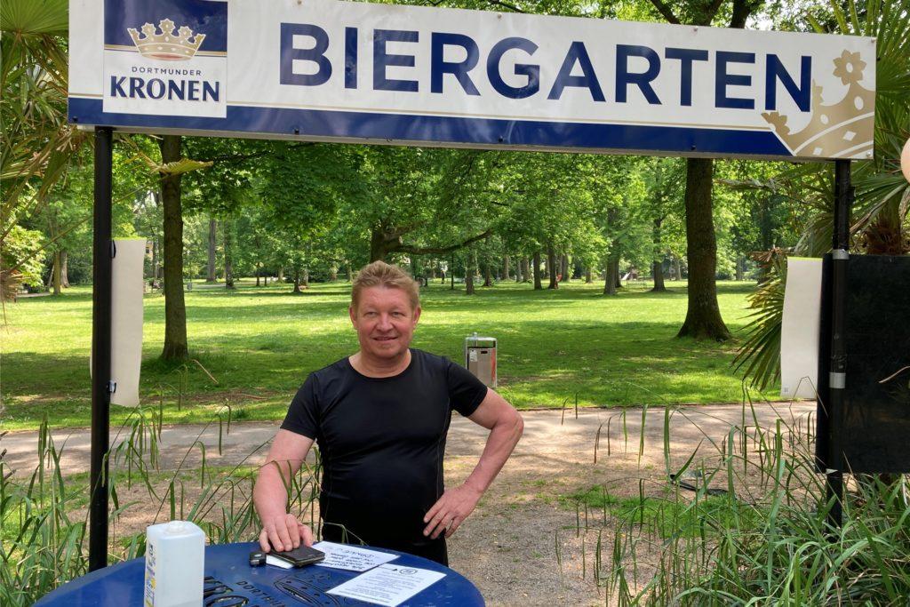 Klaus Erdmann betreibt das Café Erdmann im Westpark. Er überlegt aktuell, was er in seinem Biergarten zur EM anbieten kann - im Einklang mit den Corona-Regeln.