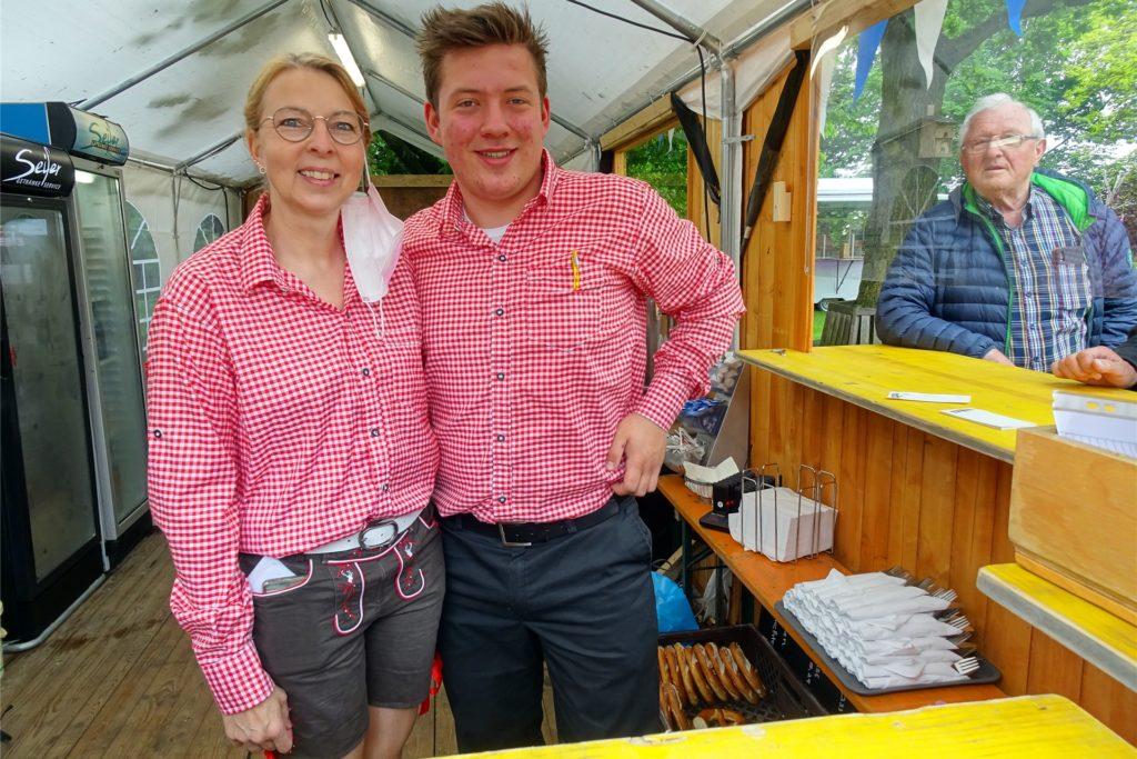 Nicole Terhörne und Mitarbeiter Paul Brand versorgten die hungrigen Radler mit bajuwarische Spezialitäten.