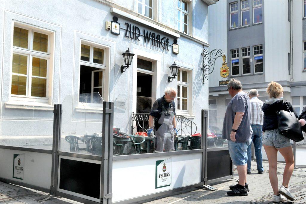 Vor der Traditionskneipe Zur Waage am Postplatz wurde am Freitag der Biergarten wieder aufgebaut. Wirtin Sylvia Schülke freut sich darauf, am Montag (7.6.) nach der monatelangen Corona-Zwangspause wiederzueröffnen.