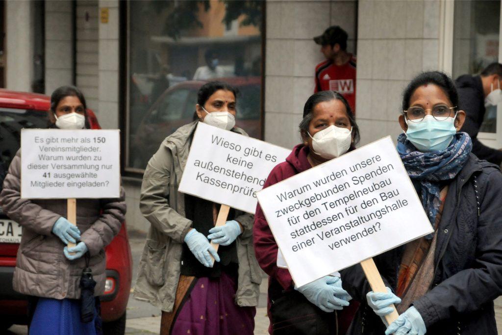 Auf Protestplakaten hatten die demonstrierenden Gegner des Hindu-Vereins ihre Fragen aufgeschrieben.