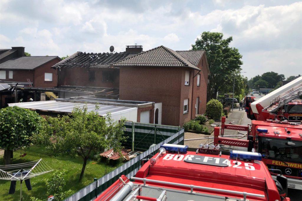 Nachdem das Feuer gelöscht war, offenbarte sich der Schaden. Die Balken des Dachstuhls sind verkohlt.